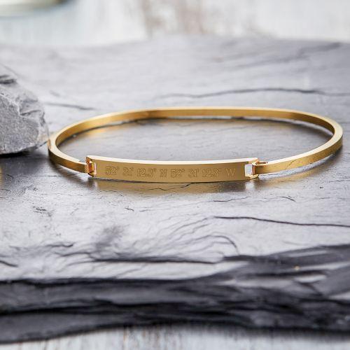 sch ner edelstahl armreif in gold mit gravur geokoordinaten. Black Bedroom Furniture Sets. Home Design Ideas