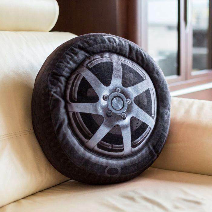 coussin pneu de voiture. Black Bedroom Furniture Sets. Home Design Ideas