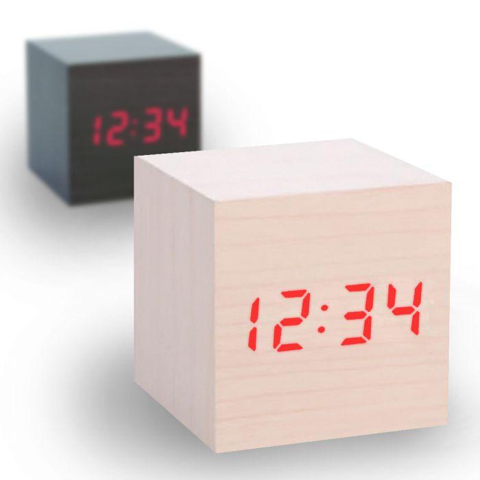 holzuhr im minimalistischen stil mit digitaler zeitanzeige. Black Bedroom Furniture Sets. Home Design Ideas