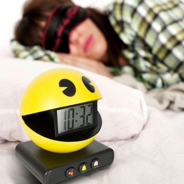 pac man alarm clock cooler wecker in retro optik. Black Bedroom Furniture Sets. Home Design Ideas