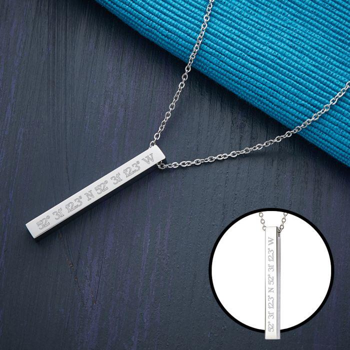 Collier avec pendentif bâton gravé - Coordonnées géographiques