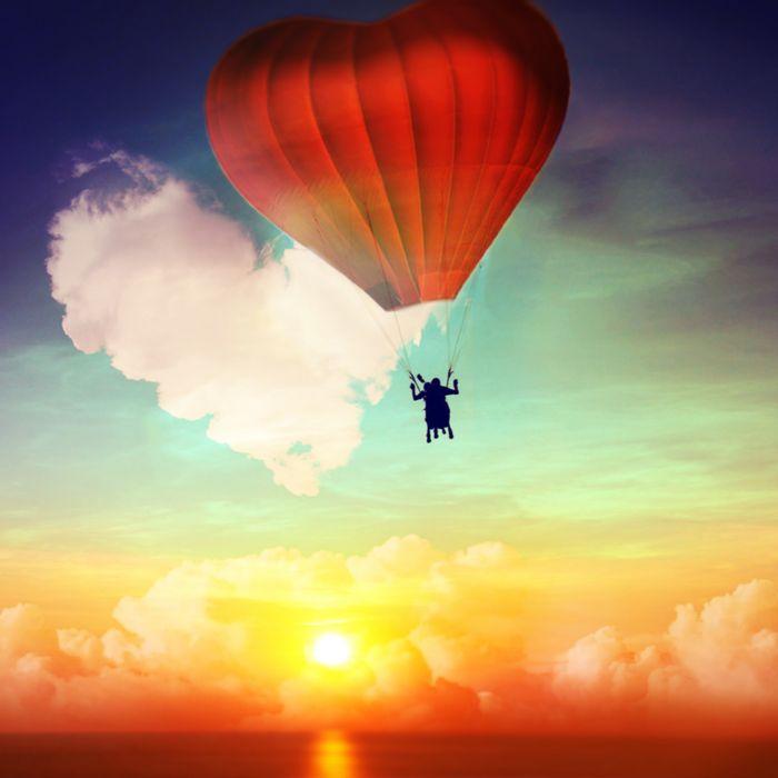 Romantischer Fallschirmsprung durch Wolke 7