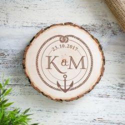 Tranche de tronc d'arbre avec gravure - ancre et nœuds